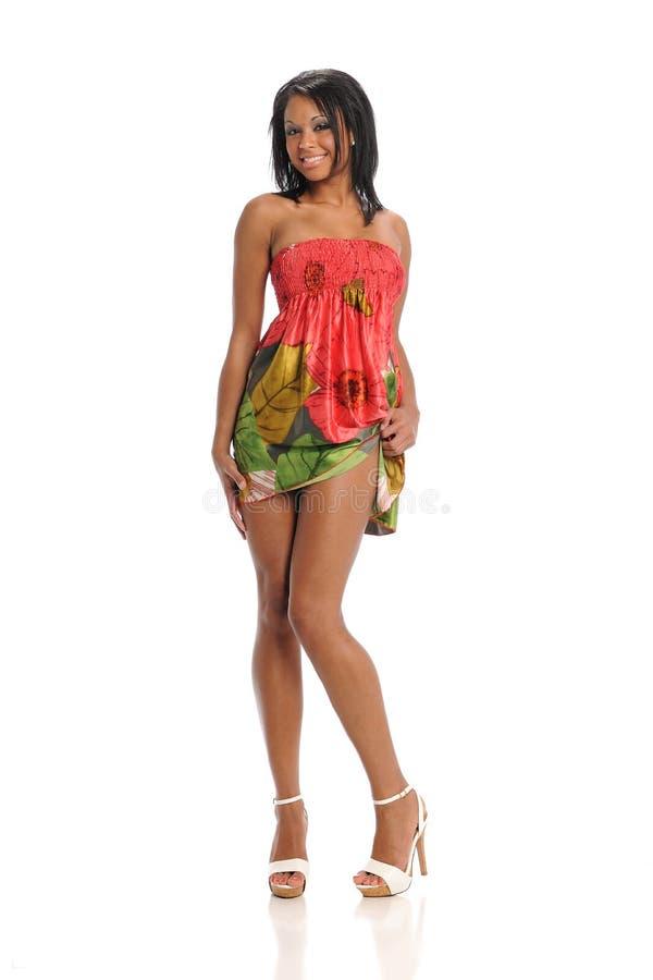 Młoda murzynka jest ubranym kwiatu smokingowy pozować obraz stock