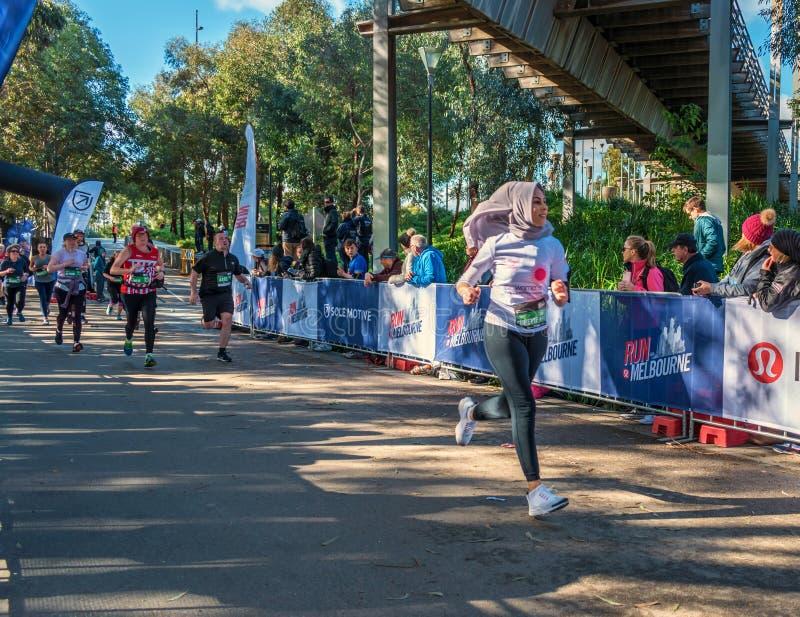 Młoda Muzułmańska kobieta podczas bieg Melbourne wewnątrz obrazy royalty free