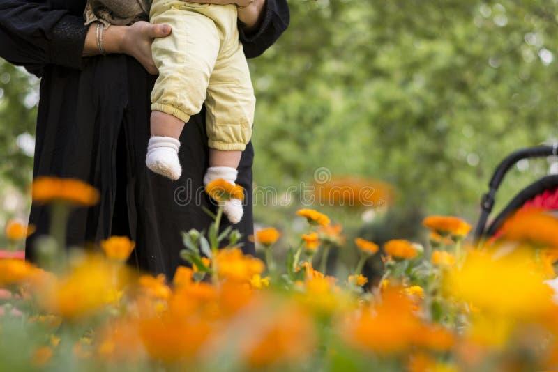 Młoda Muzułmańska kobieta z jej dziewczyny dzieckiem cieszy się wiosna sezonu dzień obraz royalty free