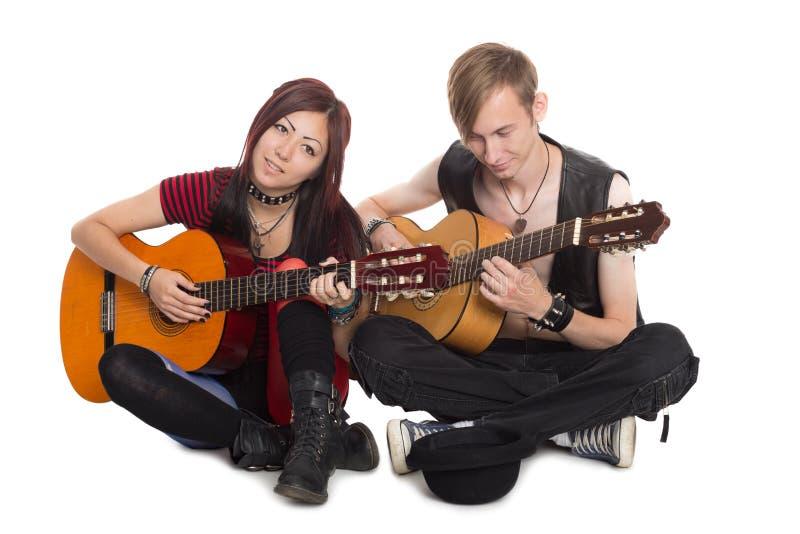 Młoda muzyk sztuka i śpiewa na gitarach fotografia stock