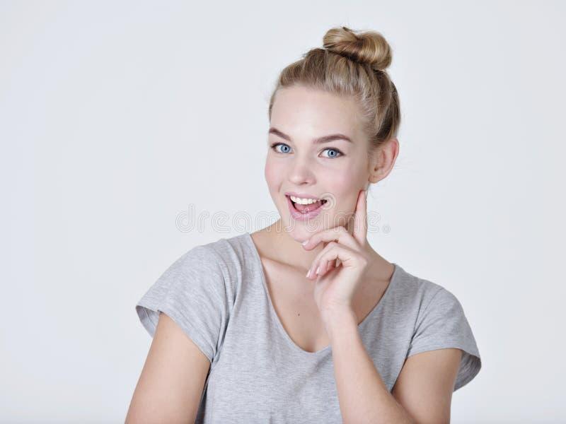 Młoda myśląca caucasian kobieta z palcową pobliską twarzą fotografia royalty free
