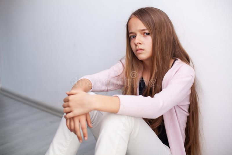 Młoda nastolatek dziewczyna patrzeje z niewiarą i obmierzłością fotografia stock