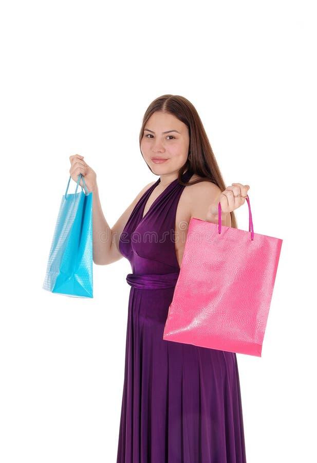 Młoda nastolatek dziewczyna podtrzymuje jej torby na zakupy zdjęcia royalty free