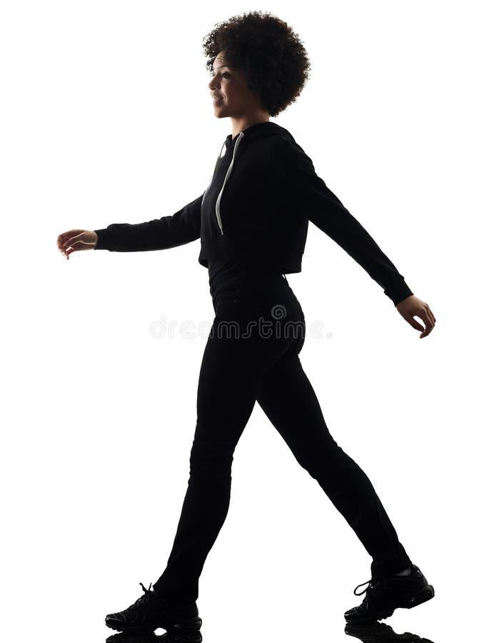 Młoda nastolatek dziewczyny kobieta chodzi uśmiechniętego cień sylwetki isol obrazy stock
