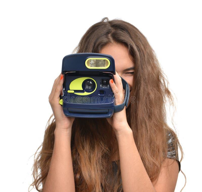 Młoda nastoletnia dziewczyna bierze fotografię trzyma starą retro kamerę zdjęcia stock