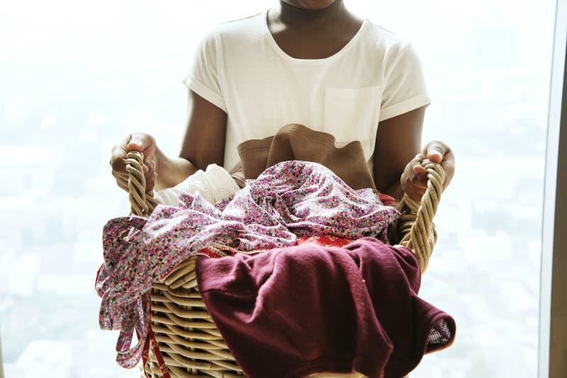 Młoda nastoletnia dziewczyna trzyma pralnianego kosz obrazy stock