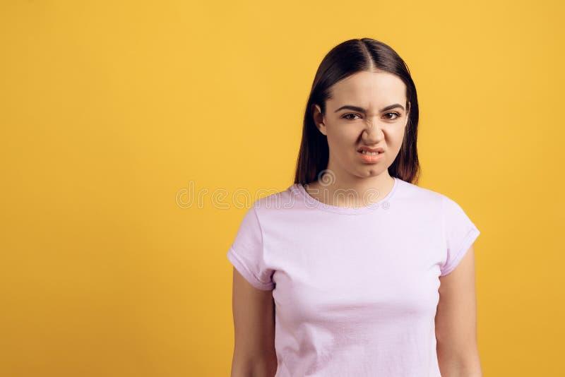 Młoda nastoletnia dziewczyna w różowej tshirt odczuć obmierzłości obrazy royalty free