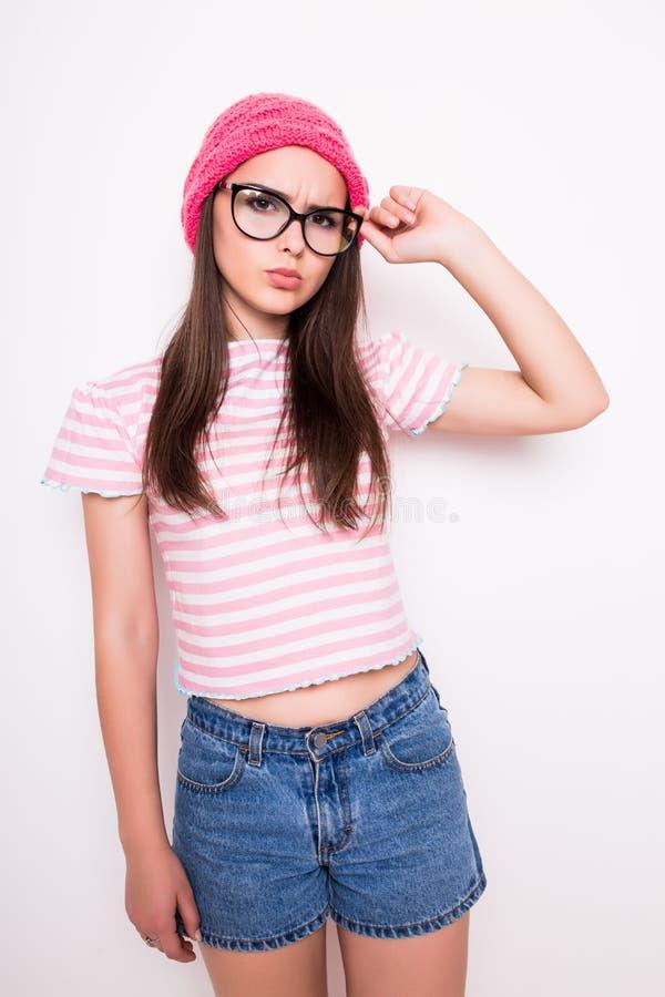 Młoda nastoletnia dziewczyna w różowym kapeluszu i szkłach obrazy stock
