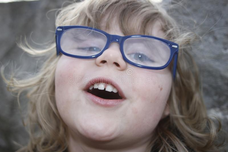 Młoda nerdy dziewczyna z szkłami starzał się 3-5, blondynka włosy, niebieskie oczy Preschooler portrety zdjęcia royalty free