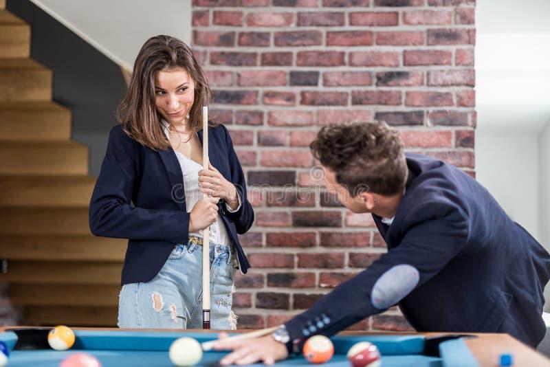 Młoda nowożytna para w miłości bawić się basenu stołu bilardową grę zdjęcie royalty free