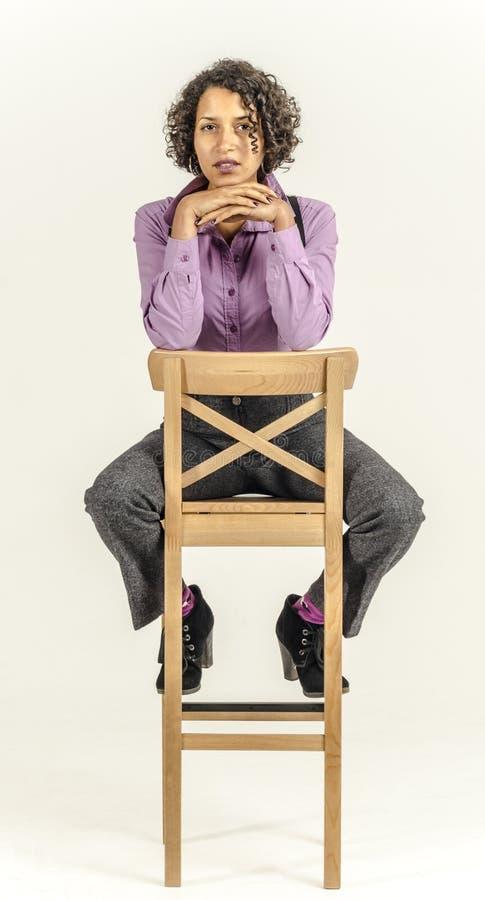 Młoda oliwkowa kobieta w garniturze fotografia stock