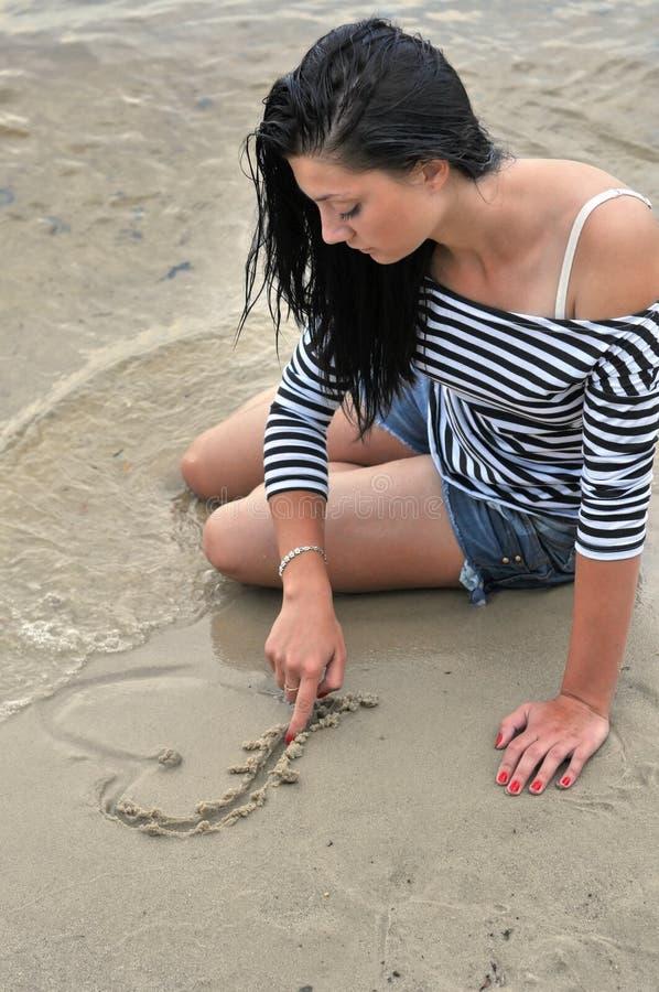 Młoda osamotniona kobieta blisko rzeki fotografia stock