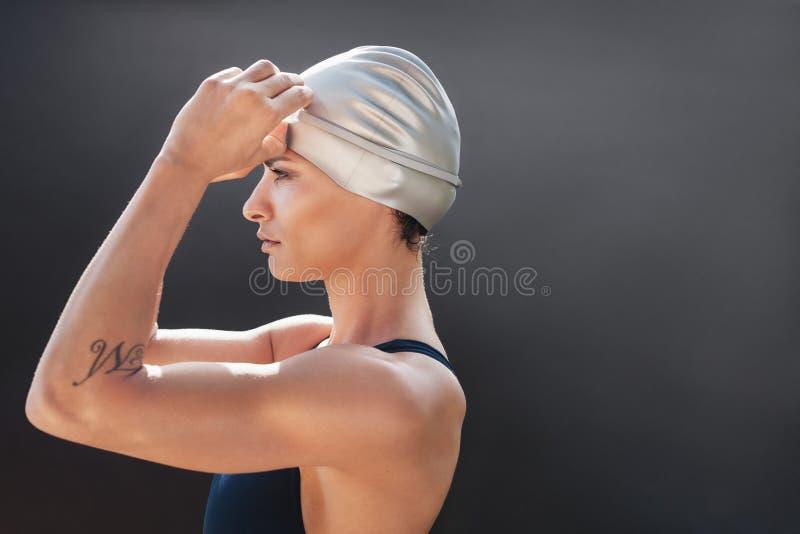 Młoda pływaczka dostaje przygotowywający dla pływania obraz royalty free