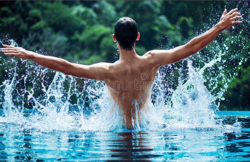 Młoda pływaczki chełbotania woda obraz royalty free