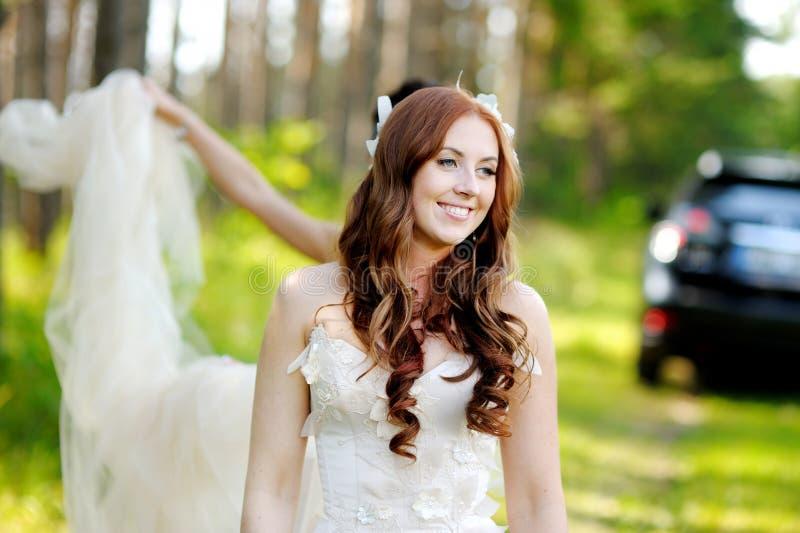 Młoda panna młoda pozuje w pięknym lato parku fotografia stock