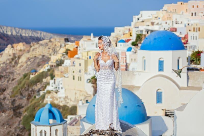 Młoda panna młoda na tle Santorini fotografia royalty free