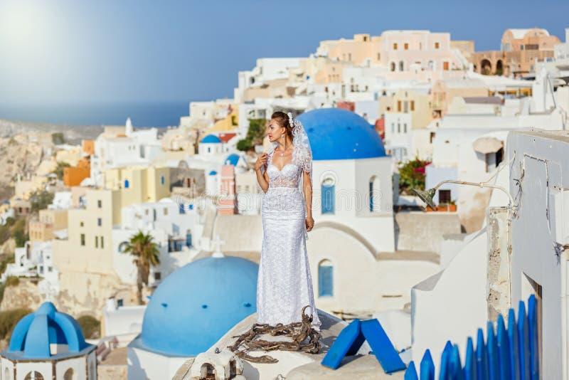 Młoda panna młoda na tle Santorini zdjęcie stock