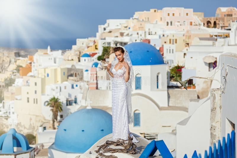 Młoda panna młoda na tle Santorini zdjęcia stock