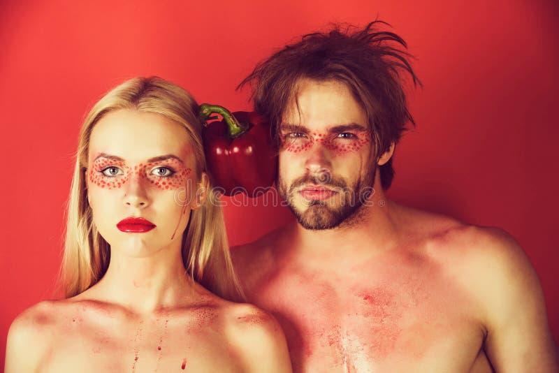 Młoda para kobieta i mężczyzna z makeup chwytem pieprzymy obrazy royalty free