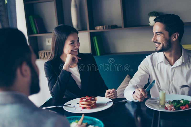Młoda para małżeńska ludzie biznesu i ich kolega jesteśmy zdjęcie stock