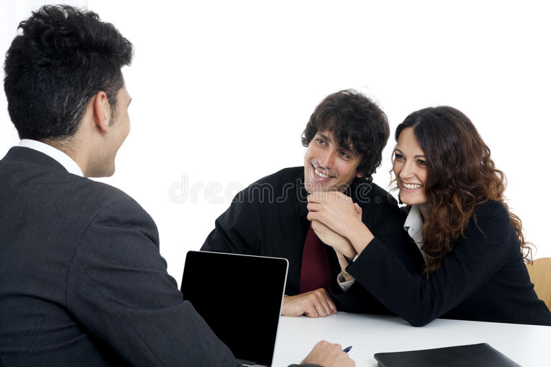 Młoda para małżeńska przy biurkiem w biznesowym spotkaniu fotografia royalty free