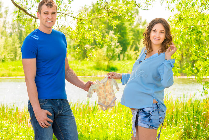 Młoda para małżeńska w oczekiwaniu na narodziny dziecko zdjęcia stock