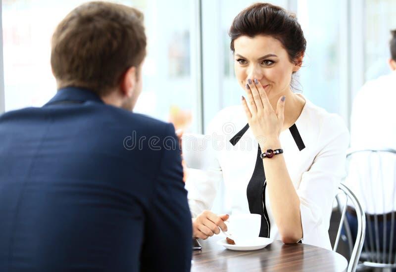 Młoda para profesjonaliści gawędzi podczas kawowej przerwy obrazy stock