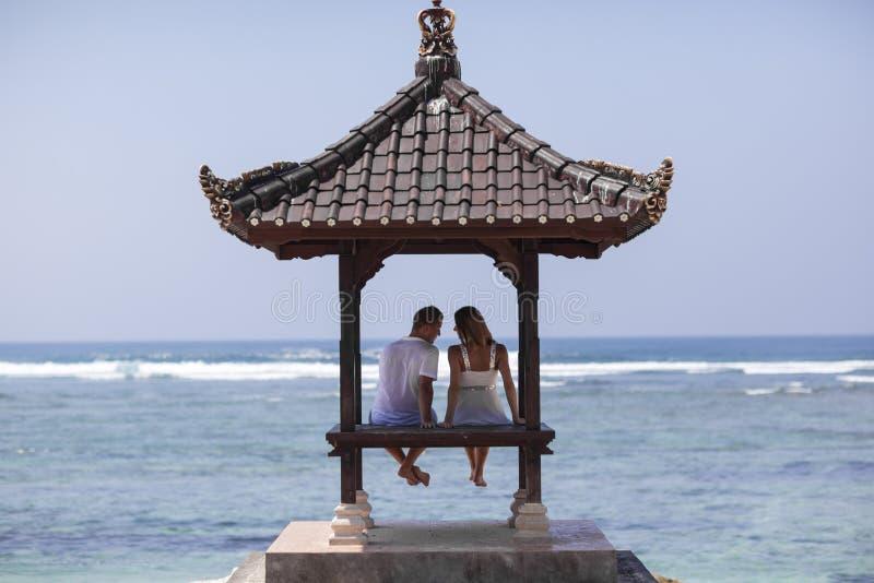 Młoda para PRZY plażą obrazy royalty free