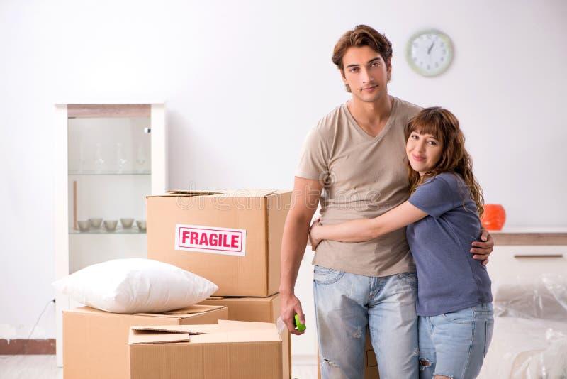 Młoda para rusza się nowy mieszkanie zdjęcie royalty free