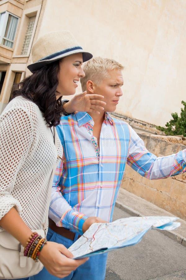 Młoda para turyści konsultuje mapę obrazy royalty free