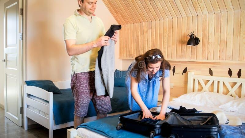 Młoda para turyści pakuje rzeczy i odziewa w walizce przy hotelem zdjęcie royalty free