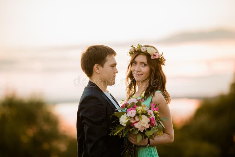 Młoda para w miłości plenerowej przy zmierzchem obraz royalty free