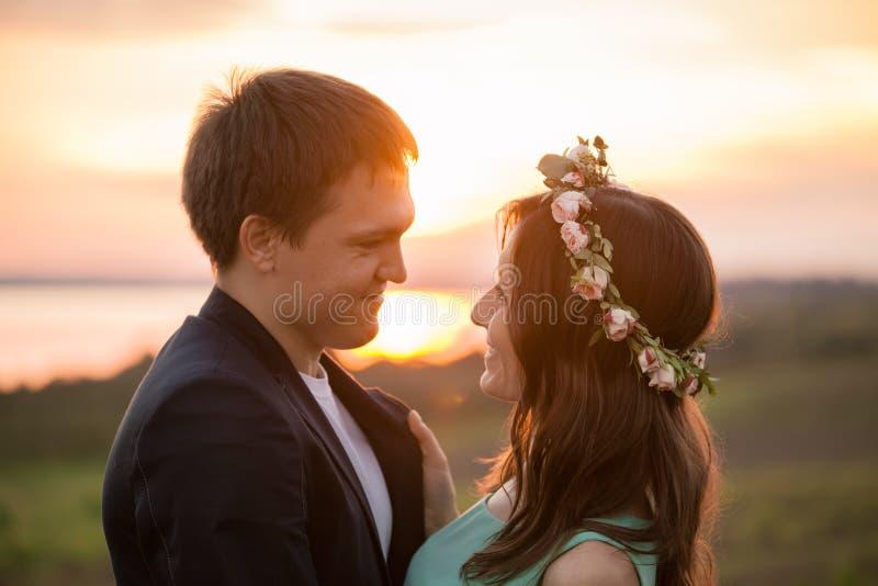 Młoda para w miłości plenerowej przy zmierzchem obraz stock