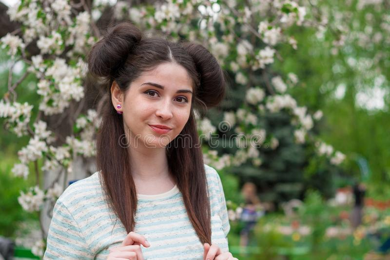 Młoda piękna śmieszna dziewczyna Kobieta z pięknym uśmiechem i flirty spojrzeniem Młoda brunetki dziewczyna z pięknymi oczami i d obrazy stock