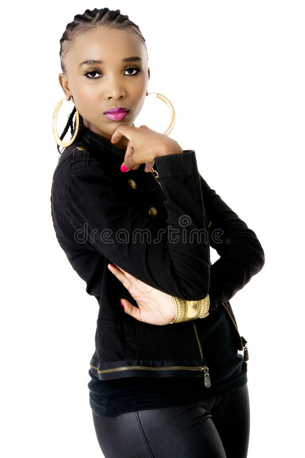 Młoda Piękna Afrykańska kobieta Jest ubranym Czarnej kurtki Złotego Jewellery Różowe wargi i obraz royalty free