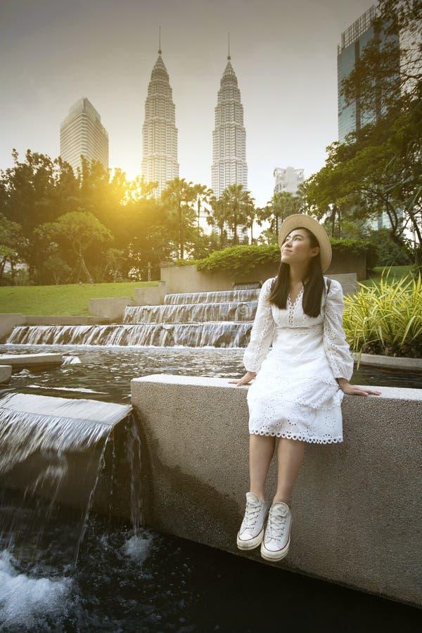 Młoda piękna Asain kobieta jest cieszy się podróżować w Kuala Lumpur obrazy royalty free