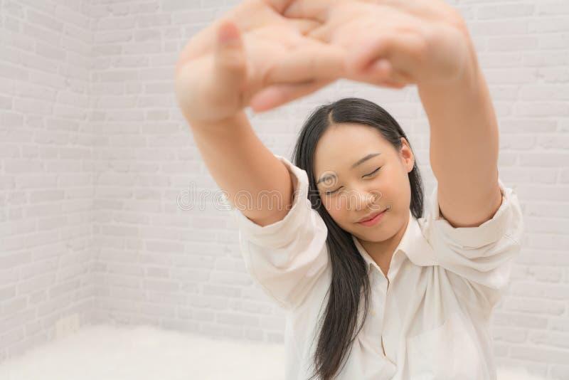 Młoda piękna Azjatycka dziewczyna budzi się up po tym jak długi sen, cieszy się jej czas relaksować zdjęcia royalty free