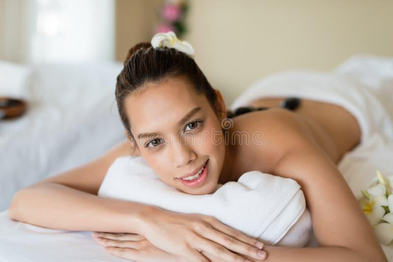 Młoda piękna Azjatycka kobieta relaksuje w zdroju masażu obrazy stock