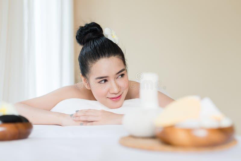 Młoda piękna Azjatycka kobieta relaksuje w zdroju masażu zdjęcia stock
