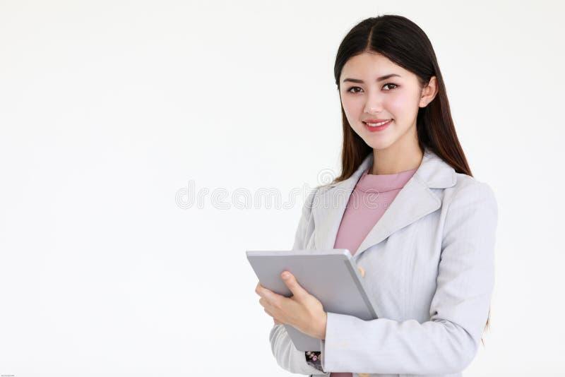 Młoda piękna Azjatycka kobieta z czarną długie włosy pozycją przed białym tłem obraz stock