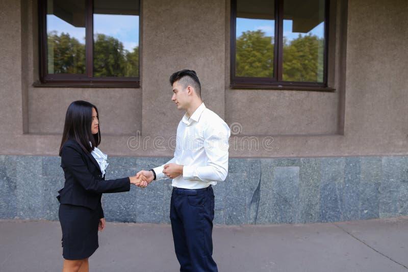 Młoda piękna azjatykcia biznesowa kobieta i caucasian męski spojrzenie przy fotografia stock