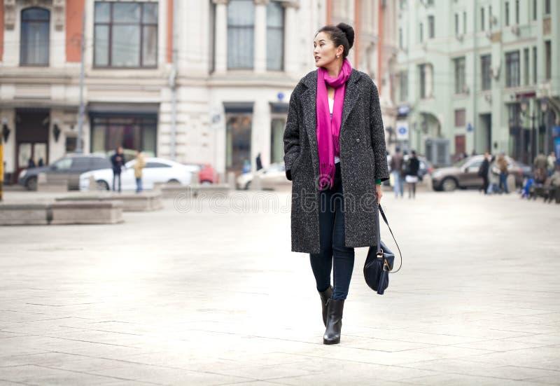 Młoda piękna azjatykcia kobieta w eleganckim szarość żakiecie fotografia royalty free
