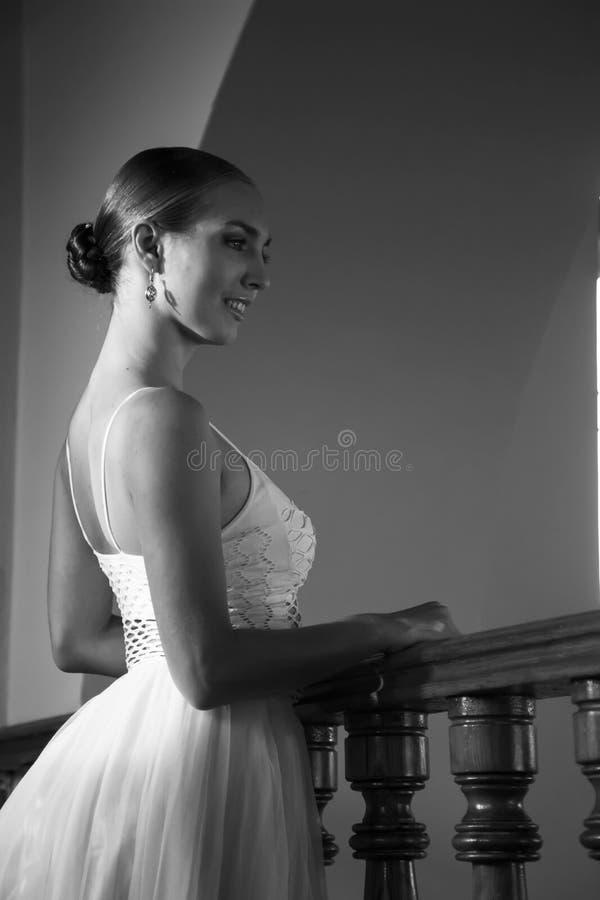 Młoda piękna balerina pozuje blisko starego poręcza fotografia royalty free