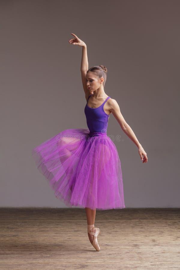 Młoda piękna balerina pozuje w studiu obraz stock