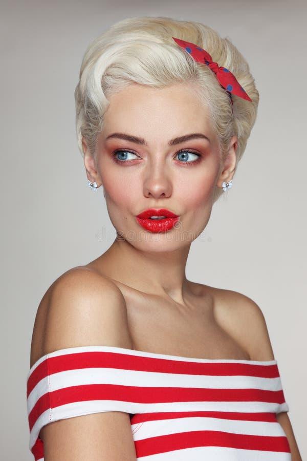 Młoda piękna blond kobieta w pasiastym wierzchołku obrazy royalty free
