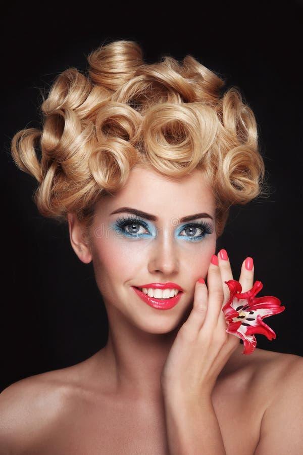 Młoda piękna blondynki kobieta z galanteryjnym makeup i balu uczesaniem fotografia stock