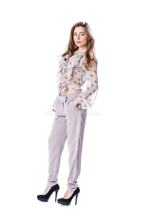 Młoda piękna brunetki kobieta w bluzce i spodniach fotografia royalty free