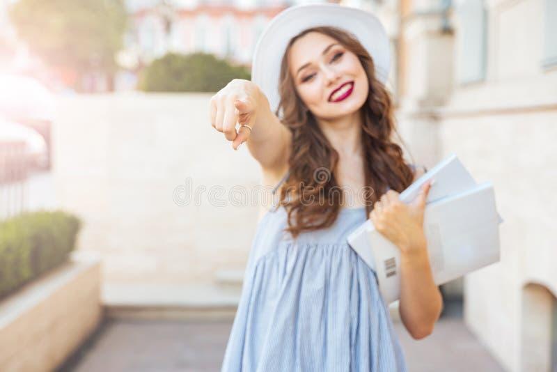 Młoda piękna brunetki kobieta wskazuje palec przy tobą fotografia royalty free