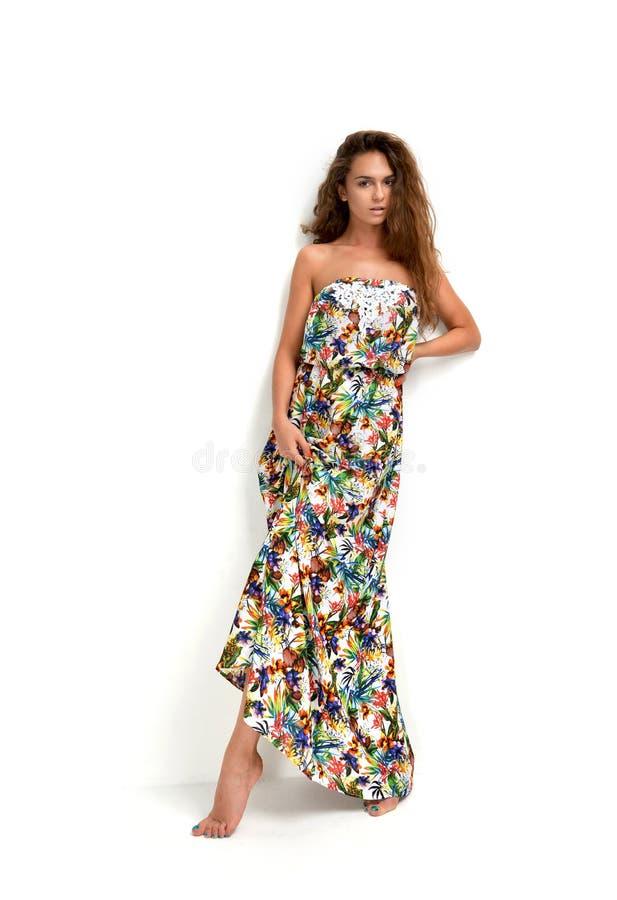 Młoda piękna caucasian brunetki kobieta w wspaniałej sukni zdjęcia royalty free