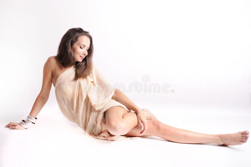 Młoda piękna ciemnowłosa kobieta z chustą zdjęcie stock
